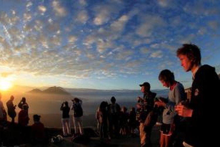 Wisatawan menikmati matahari terbit dari kawah I Gunung Batur di Kecamatan Kintamani, Bangli, Bali beberapa waktu lalu.