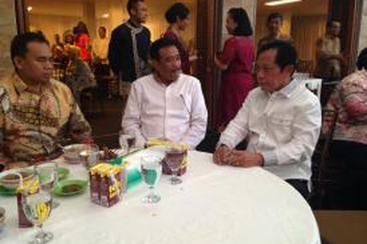 (Dari kiri ke kanan) Sekretaris Daerah DKI Jakarta Saefullah, Wakil Gubernur DKI Jakarta Djarot Saiful Hidayat, dan Kepala Badan Intelijen Negara (BIN) sekaligus mantan Gubernur DKI Sutiyoso makan bersama di kediaman Sutiyoso, Cibubur, Bekasi, Jumat (17/7/2015).