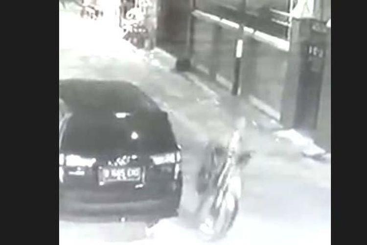 Aksi pencurian sepeda menggunakan mobil MPV terekam CCTV