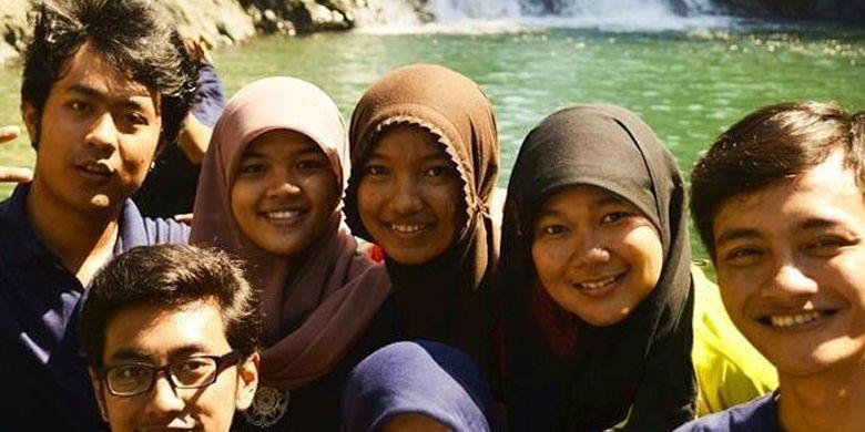 Mahasiswa dan mahasiswi UGM Yogyakarta dengan latar belakang Kolam Peka saat KKN tahun 2014 di Kampung Tado, Manggarai Barat, NTT.