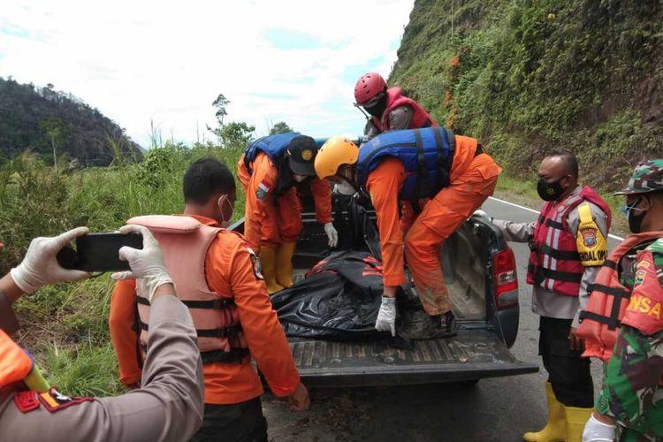 Tim SAR Gabungan bencana longsor PLTA Batang Toru mengevakuasi satu korban di aliran sungai Batang Toru, Senin (3/5/2021). Hingga Selasa (4/5/2021), jumlah korban yang ditemukan sudah 9 orang.