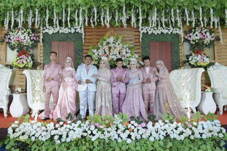 Empat pasangan yang merupakan satu keluarga menikah di hari yang sama di Desa Andapraja, Kecamatan Rajadesa, Kabupaten Ciamis, Selasa (25/2/2020).