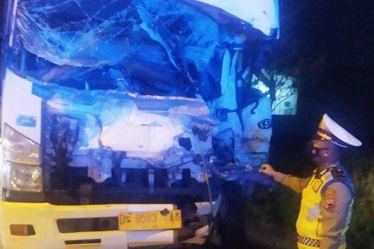 Polisi menunjukkan lokasi tabrakan truk di Jalan Lingkar Timur Kudus.