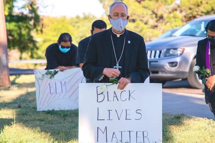 Uskup El Paso, Mark J Seitz, berlutut dalam aksi Black Lives Matter, untuk memprotes kematian George Floyd, pada Senin (1/6/2020).