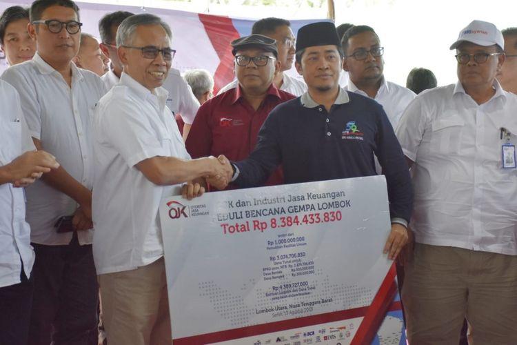 Ketua OJK menyerahkan bantuan untuk korban bencana di Lpmbok NTB