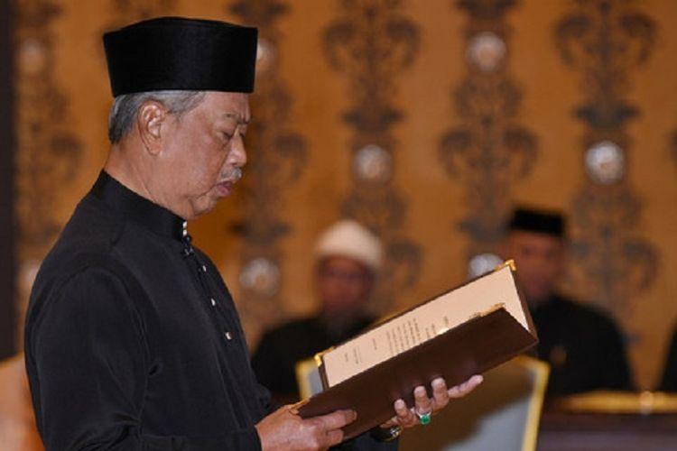 Muhyiddin Yassin dalam upacara sumpah jabatan dirinya sebagai Perdana Menteri Malaysia kedelapan pada Minggu (01/03/2020) (sumber: twitter bernama.com)
