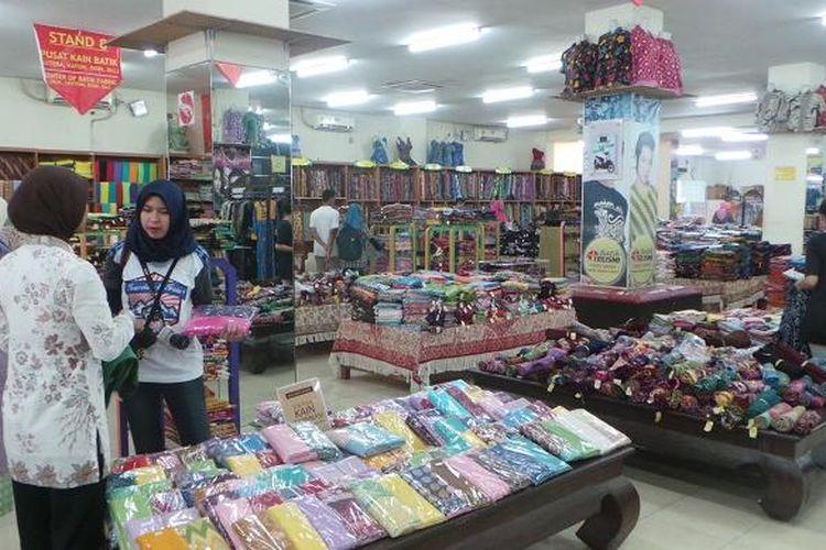 Wisatawan berbelanja di Batik Trusmi Cirebon, Jawa Barat, Selasa (29/3/2016).