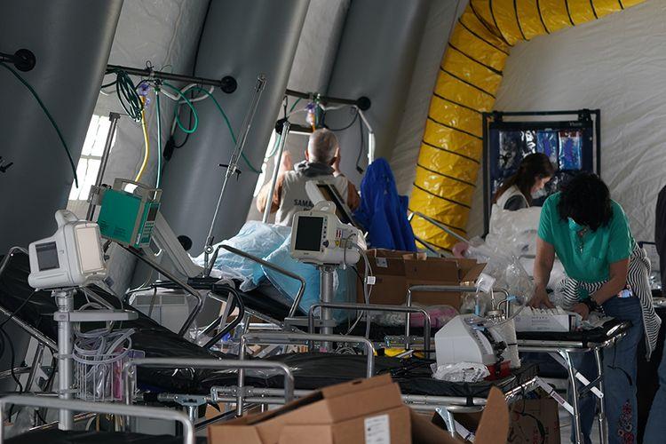 Perlengkapan medis dan deretan tempat tidur terlihat di dalam tenda rumah sakit lapangan darurat yang didirikan sukarelawan dari organisasi bantuan Kristen Internasional Samaritans Purse untuk pasien virus corona di Central Park, New York, Senin (30/3/2020). AS kini resmi menjadi epicenter corona di dunia dengan data hingga Selasa (31/3/2020) terdapat 163.429 kasus positif dan korban meninggal 3.148 orang, melebihi Italia, China, dan Spanyol.
