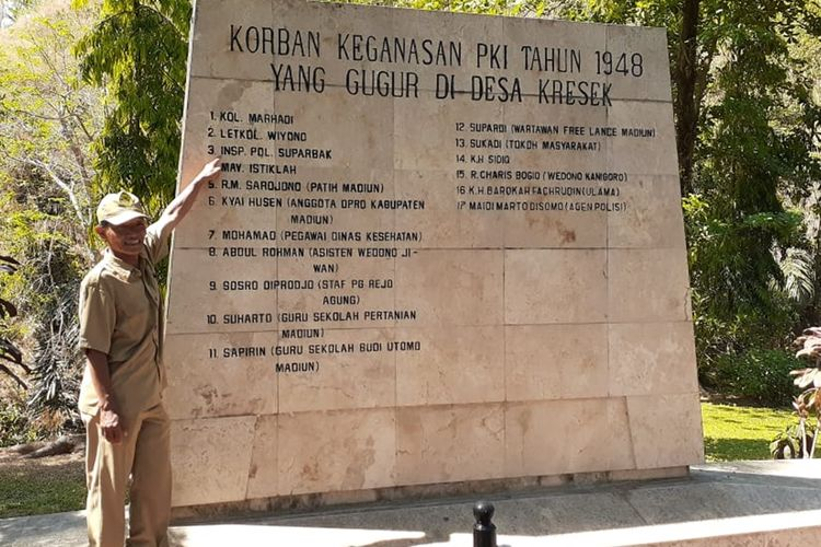 Yanto Eko Cahyono, warga Kabupaten Bantul, Yogyakarta menunjuk nama kakeknya, Insp Pol Suparbak yang terukir di Monumen Kresek (Monumen kekejaman pembantaian PKI) yang berada di Desa Kresek, Kecamatan Wungu, Kabupaten Madiun, Jawa Timur, Selasa (0/10/2019). Yanto bersama istrinya mencari keberadaan makam kakeknya, Insp Pol Suparbak yang menjadi korban pembantaian PKI tahun 1948 di Madiun.