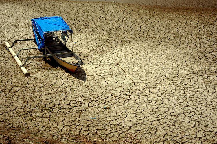 Perahu milik nelayan terdampar di sekitar Sungai Jeneberang yang mengering di Desa Bili-Bili, Kecamatan Bontomarannu, Kabupaten Gowa, Sulawesi Selatan, Rabu (30/10/2019). Akibat musim kemarau panjang, sejumlah sungai dan lahan pertanian di Gowa mengalami kekeringan.