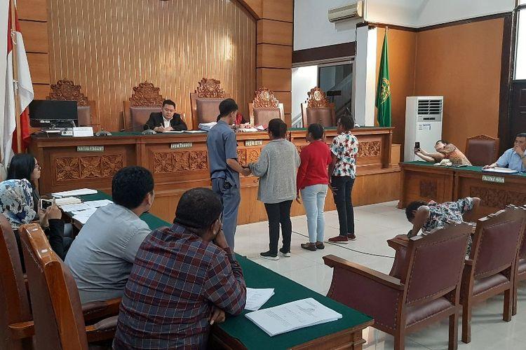 Suasana sidang praperadilan enam tersangka pengibar bendera Bintang Kejora terhadap Polda Metro Jaya di Pengadilan Negeri Jakarta Selatan, Senin (25/11/2019).