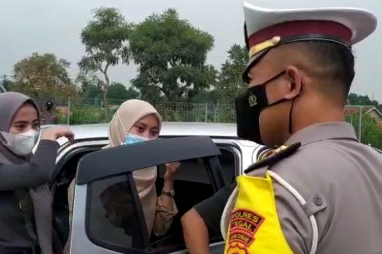 Pemudik yang diduga membawa surat palsu antigen diminta putar balik  ke Jakarta saat terjaring operasi penyekatan di Exit Tol Kalimati, Adiwerna, Kabupaten Tegal, Jawa Tengah, Sabtu (8/5/2021).