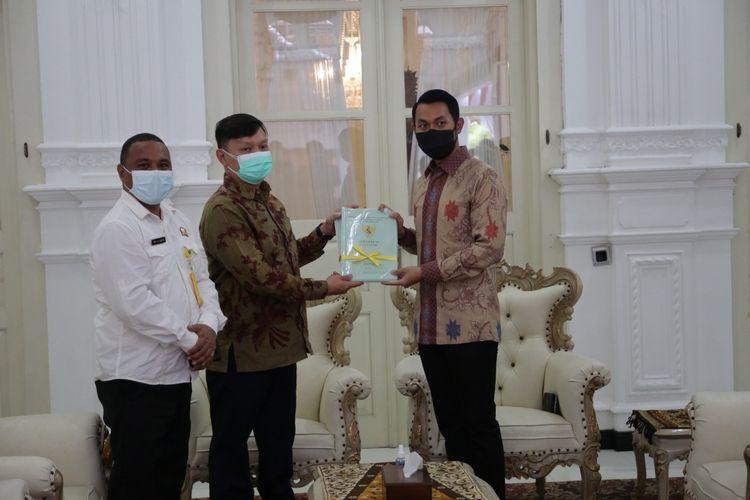 Wakil Menteri ATR/BPN RI, Surya Tjandra menyerahkan sertifikat tanah secara simbolis kepada Bupati Tuban, Aditya Halindra Faridzky di Rumah Dinas Bupati Komplek Pendopo Krido Manunggal Tuban.