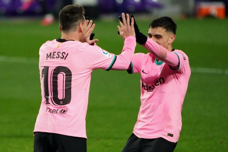 Kapten Barcelona Lionel Messi (kiri) merayakan gol yang dicetaknya ke gawang Real Valladolid bersama Pedri. Duel Valladolid vs Barcelona yang berlangsung di Staidon Nuevo Jose Zorilla, Selasa (22/12/2020) atau Rabu dini hari WIB dimenangi Messi dkk dengan skor 3-0.