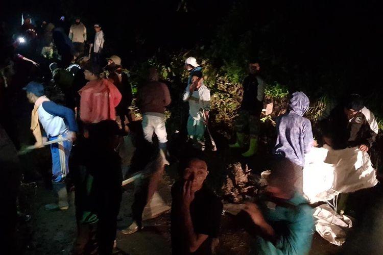 Petugas BPBD Kabupaten Semarang, relawan, dan warga melakukan evakuasi di puncak Telomoyo.
