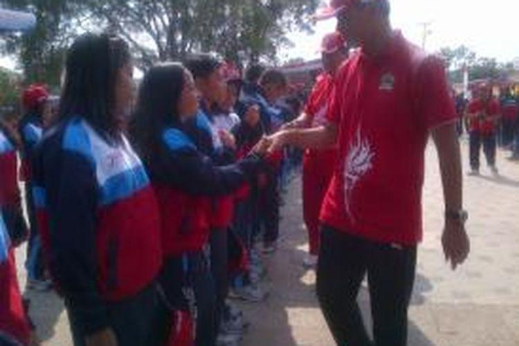 Gubernur Jawa Tengah Ganjar Pranowo bersalaman dengan para atlet Jateng seusai peringatan Hari Olahraga Nasional ke-32 di Alun-alun Kebumen, Selasa (9/9/2015)