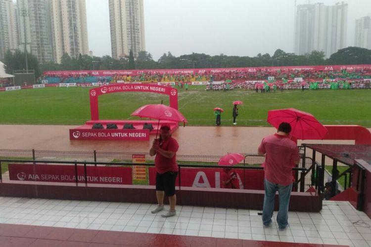 Acara AIA Sepak Bola untuk Negeri di Lapangan Soemantri Brodjonegoro, Jakarta Selatan, Minggu (25/3/2018), terganggu hujan.