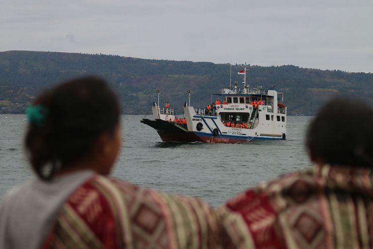Tim evakuasi gabungan melakukan pencarian korban KM Sinar Bangun yang tenggelam di Danau Toba, Simalungun, Sumatra Utara, Selasa (19/6/2018). KM Sinar Bangun yang mengangkut ratusan penumpang tenggelam di Danau Toba pada Senin sore, dengan dilaporkan 1 penumpang tewas, belasan selamat, dan ratusan lainnya masih dalam proses pencarian.