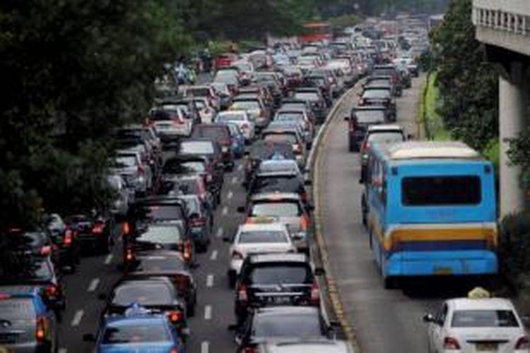 Kendaraan pribadi melintas jalur bus Transjakarta saat terjadi kemacetan di Jalan Sudirman, Jakarta, Senin (26/11/2012).  Kemacetan parah yang terjadi membuat polisi melonggarkan jalur bus transjakarta dilewati kendaraan lain.