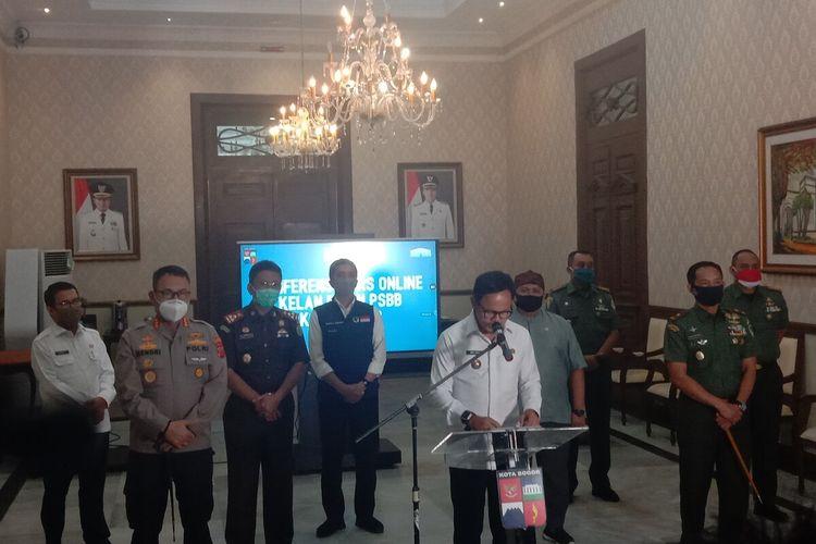 Wali Kota Bogor Bima Arya Sugiarto saat menggelar video conference menyampaikan perpanjangan masa pembatasan sosial berskala besar (PSBB) Transisi hingga satu bulan ke depan, di Balai Kota Bogor, Kamis (4/6/2020).