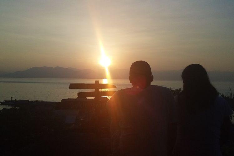 Foto : Para wisatawan menikmati sensasi sunrise di atas bukit purba pulau Kojadoi, Kabupaten Sikka, Flores, NTT, Kamis (2/1/2019).