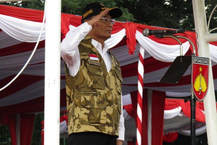 Menko PMK Muhadjir Effendy saat upacara pengukuhan kader Ekspedisi Bakti Pemuda PMK di Magelang, Jawa Tengah, Kamis (14/11/2019).