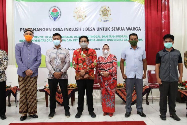 Mendes PDTT Abdul Halim Iskandar beserta jajarannya saat menghadiri pencanangan Desa Inklusif di Desa Jatisobo, Kabupaten Sukoharjo, Jawa Tengah, Kamis (19/11/2020).