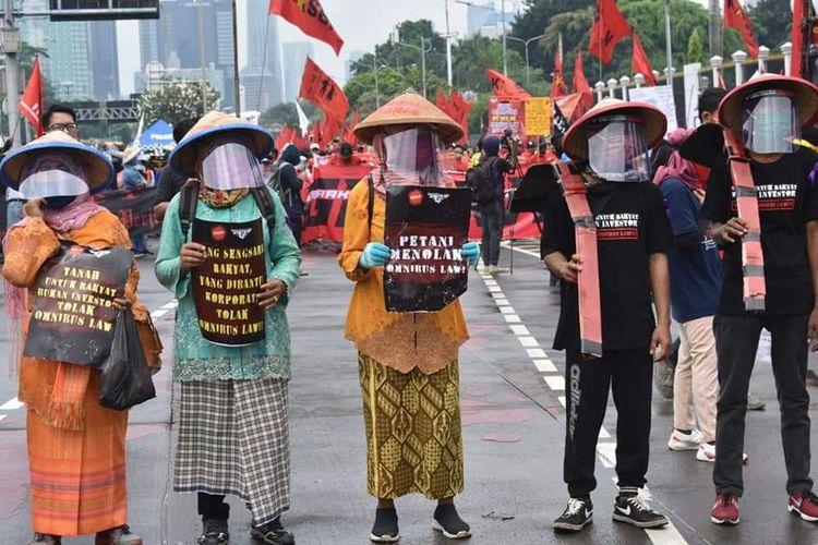 Aksi Petani Tolak Omnibus Law RUU Cipta Kerja di Depan Gedung DPR RI, Jakarta (16/7/2020).