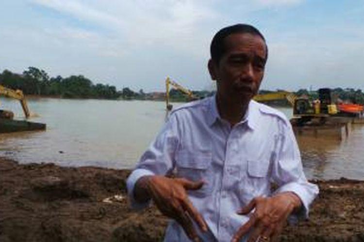 Gubernur DKI Jakarta Joko Widodo saat blusukan ke Waduk Rawa Babon, Ciracas, Jakarta Timur, Rabu (4/12/2013).