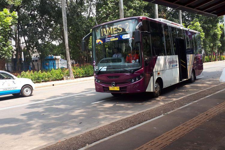 Shuttle bus royal trans disediakan khusus di kawasan Gelora bung Karno, Jakarta Pusat bagi pengunjung dan penonton yang memiliki akses masuk. Foto diambil Senin (20/8/2018).