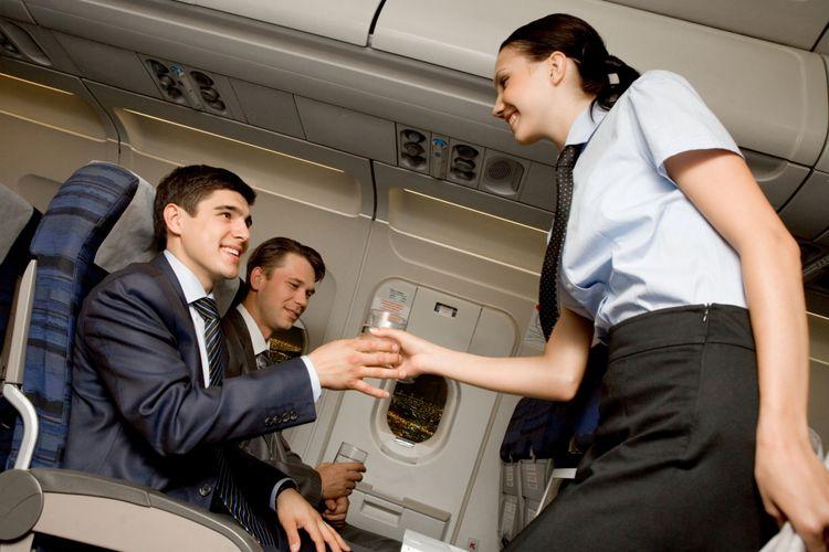 Ilustrasi pramugari melayani penumpang