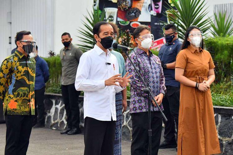 Presiden Joko Widodo meninjau pelaksanaan vaksinasi Covid-19 massal di Stasiun Bogor, Jawa Barat, Kamis (17/6/2021). Vaksinasi kali ini menyasar petugas stasiun, pekerja di stasiun, penumpang KRL serta penumpang kereta api.