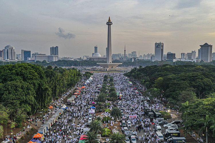 Suasana aksi reuni 212 di kawasan Monas, Jakarta, Senin (2/12/2019). Reuni akbar 212 yang dihadiri sekitar ratusan ribu orang itu digelar untuk mengirimkan pesan damai dan aman serta mempererat tali persatuan umat Islam dan persatuan bangsa Indonesia.