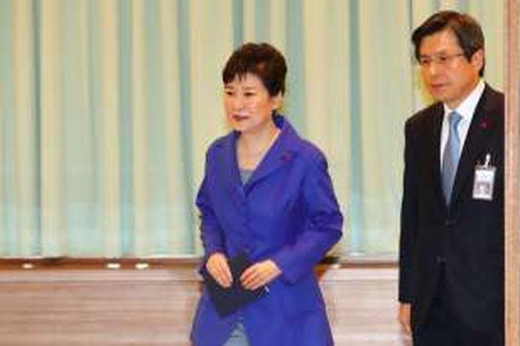 Presiden Korea Selatan Park Geun-hye dan Perdana Menteri Hwang Kyo-ahn tiba di kantor presiden untuk menggelar rapat kabinet darurat usai parlemen sepakat memakzulkan Park. Selanjutnya PM Hwang akan menjadi penjabat presiden hingga Mahkamah Konstitusi meratifikasi keputusan parlemen.
