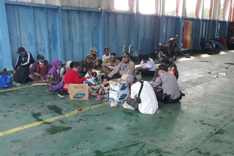 Kondisi warga yang hendak pulang ke Palu namun tertahan di Pelabuhan Penyeberangan Karingau Balikpapan, Kaltim karena tak punya hasil rapid tes, Senin (8/6/2020).