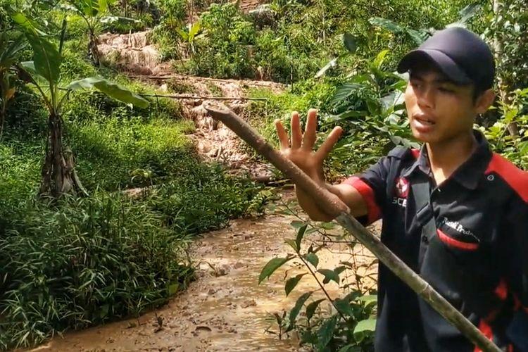 Sukarelawan memperlihatkan tinggi lumpur yang sudah mendekati permukiman di Dusun Ciherang, Desa Cijangkar, Kecamatan Nyalindung, Sukabumi, Jawa Barat, Jumat (2/4/2021).