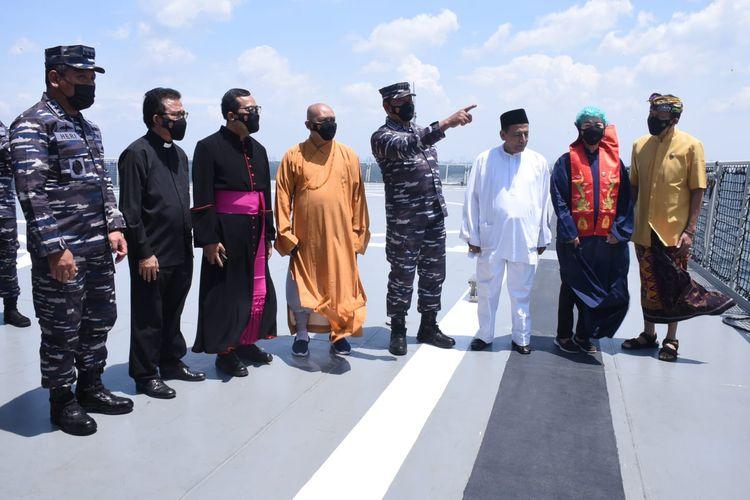 TNI Angkatan Laut menggelar doa bersama lintas agama di atas KRI Semarang-594 yang berlayar di perairan Jakarta, Kamis (23/9/2021).