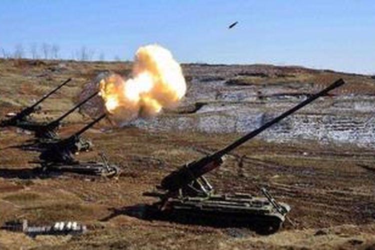 Dalam foto ini ditampilkan angkatan darat Korea Utara tengah melakukan latihan menembak dengan menggunakan peluru tajam ke sebuah sasaran yang tak disebutkan. Korea Utara dalam beberapa waktu belakangan terus mengeluarkan ancaman untuk memulai kembali perang di Semenanjung Korea.