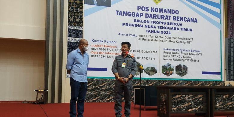 Mentan SYL bersama Gubernur NTT Viktor Bungtilu Laiskodat saat berkunjung ke Kupang, NTT guna meninjau lokasi terdampak bencana alam akibat badai tropis seroja di Posko Bencana Alam NTT, Kantor Gubernur NTT, Sabtu (10/4/2021).