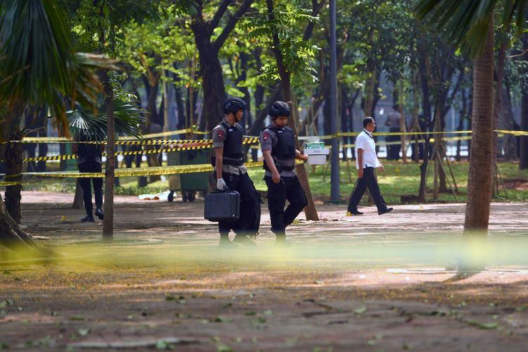 Anggota Gegana Brimob Polri melakukan pemeriksaan TKP ledakan di kawasan Monas, Jakarta, Selasa (3/12/2019). ANTARA FOTO/Nova Wahyudi/aww.