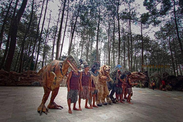Para dinosaurus yang berinteraksi dengan wisatawan di tempat wisata di Magetan, Jawa Timur bernama Mojosemi Dinosaurus Park.
