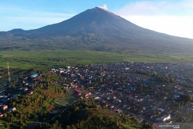 Dok. Foto aerial Gunung Kerinci dan kawasan perkampungan padat penduduk di Kayu Aro, Kerinci, Jambi, Sabtu (4/5/2019)