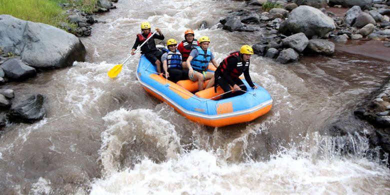 Wisatawan berpetualang arung jeram mengarungi sungai X Badeng di Songgon, Banyuwangi, Jawa Timur, Jumat (8/2/2019). Wisata Arung Jeram di Sungai X Badeng kembali beroperasi, setelah sebelumnya terganggu akibat tanah longsor di Gunung Pendil yang mengakibatkan pendangkalan debit air di sungai itu.