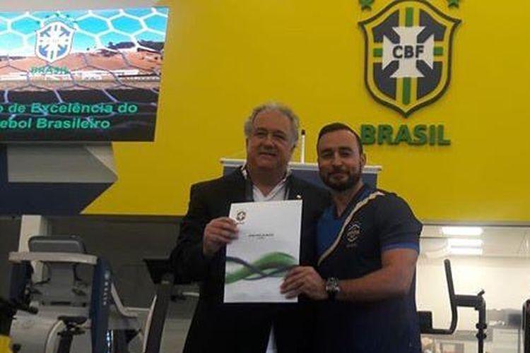 Pelatih Jaino Matos saat mengikuti program Lisensi Pro dari CBF, Federasi Sepak Bola Brasil. Jaino Matos mendedikasikan waktunya di Indonesia sejak 2013 untuk perkembangan pemain usia muda.