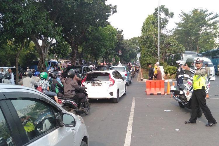 Kondisi jalanan di depan Taman Makam Pahlawan (TMP) Kalibata pasca proses pemakaman Baharuddin Jusuf Habibie, Kamis (12/9/2019)