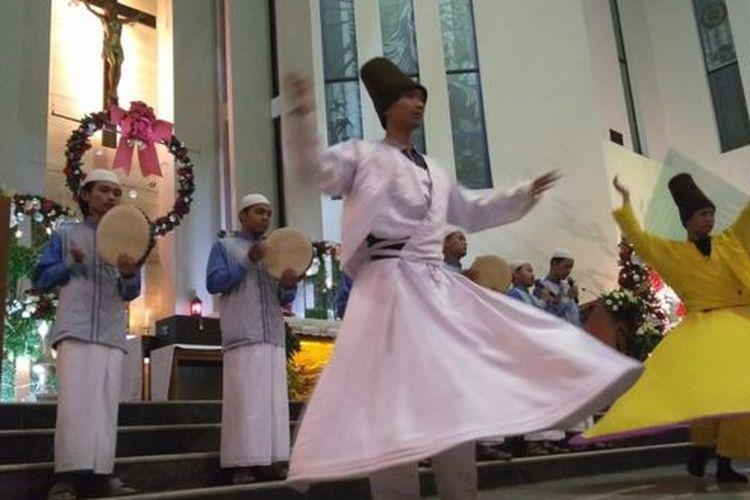 Pemuda Muslim menampilkan tari sufi dan selawat pada misa Natal di sebuah gereja Katolik di Malang, Jawa Timur.
