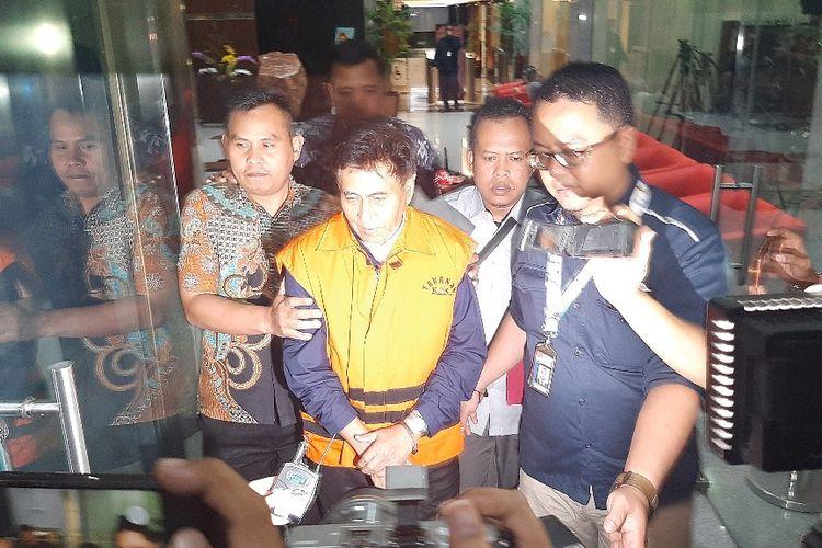Direktur Utama PT CMI Teknologi Rahardjo Pratjihno meninggalkan Gedung Merah Putih KPK menuju tahanan, Selasa (14/1/2020).