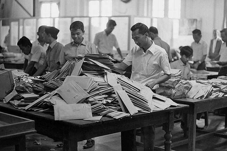Kesibukan karyawan kantor Pos di Jakarta, Senin (22/10/1973) menyortir kiriman kartu ucapan Selamat Berlebaran yang meningkat menjelang Hari Raya Idul Fitri.