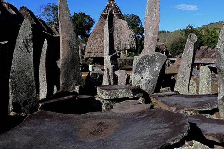 Batu Nabe, makam leluhur berusia ratusan tahun yang dipakai oleh tetua adat kampung sebagai tempat bermusyawarah dan tempat sajian di Kampung Adat Bena, Ngada, Flores, Nusa Tenggara Timur, Jumat (12/8/2016). Kampung adat yang berusia sekitar 1.200 tahun ini kental dengan arsitektur kuno dan budaya megalitik.
