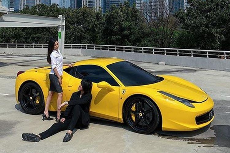Musisi Kevin Aprilio berpose di depan mobil Ferrari kuning miliknya.